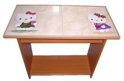 CLAF - Linda mesa de arrimo diseño Hello Kitty (cod 411 - Mesa) Cubierta de cerámica. Diseño Hello Kitty pintado a mano. Fabricada en madera melamina. Con división interior. Medidas: - Largo: 80 cm - Ancho: 40 cm - Alto: 70 cm Precio: $ 40.000 www.claf.cl