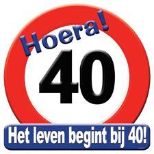 Rond deurbord van karton in de vorm van een verkeersbord bedrukt met cijfer 40. Een hartstikke leuk product voor de 40ste verjaardag.