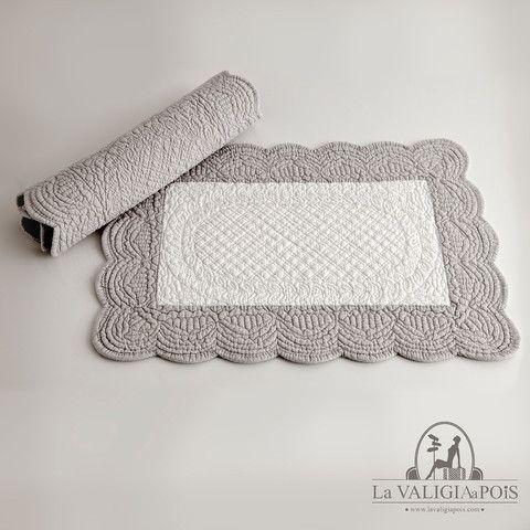 Coppia di tovagliette rettangolari in cotone 100%, bianche e grigie da un lato e monocolore grigie dall'altro.