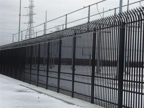 Commercial Security Fence With Barbed Wire Typesofhomesecuritysystems Security Fence Home Security Alarm Home Safety