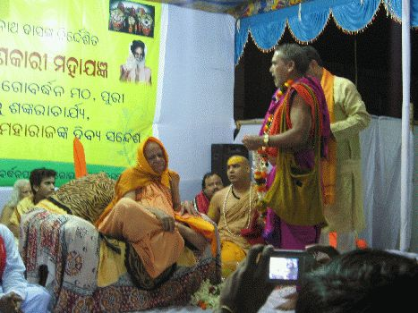 Puri Shankaracharya being honored by Pundit Amareswar Mishra after completion of Yajna