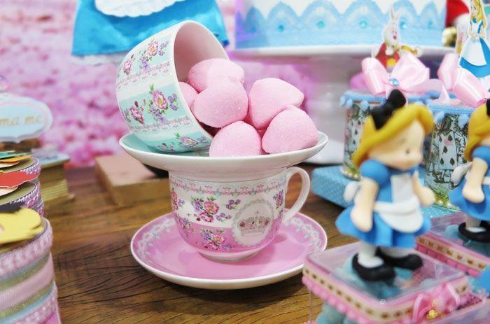 xícaras com marshmallow
