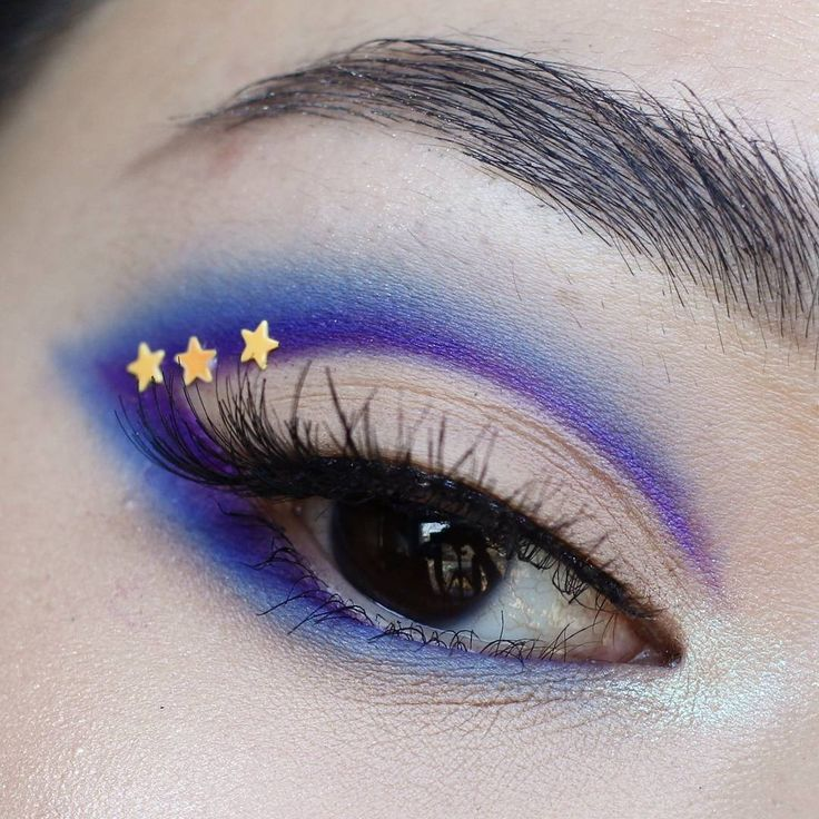 10 unique ways you can wear cat eye makeup in a totally different way, like this stars beauty idea.