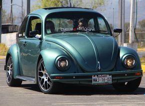 Fotografía: Samantha Fuentes Historia: César Eduardo Muñoz Bravo No estaba en mis planes comprar un carro. Pero una noche salí a cenar con mi esposa y vimos que este Volkswagen Sedán modelo 1999 estaba a la venta, aunque su apariencia era austera, se veía bonito. Sí tenía muchos detalles por arreglarle pero nos gustó y …