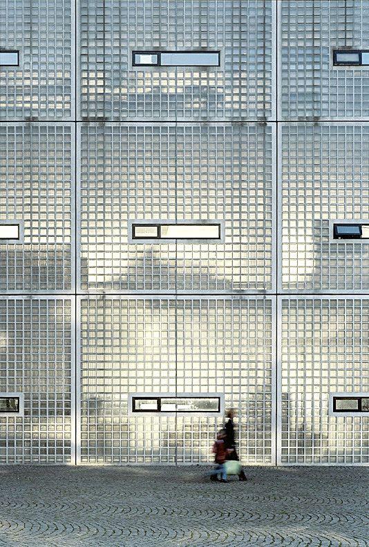 Les pavés de verre nous laisse nous imaginer ce qu'il peut y avoir derrière. Académie de l'Art et de l'architecture par Wiel Arets.