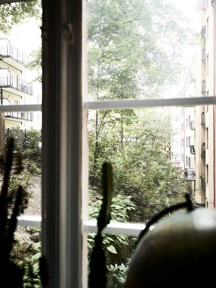 I det pampiga hörnhuset på Södra vägen 59 finner vi denna fina tvåa med framtagna brädgolv och bevarade originaldetaljer såsom spegeldörrar, gjutjärnsradiatorer, fönsterkarmar och höga fotlister. 1920-talet gör sig även påmint genom den generösa takhöjden och de djupa fönsternischerna. Skicket är väldigt gott och hela lägenheten, inklusive badrummet och köket, renoverades vid årsskiftet 2015/2016. Väggarna … Continued