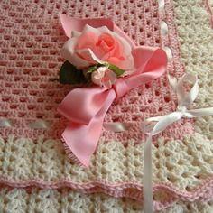 Copertina per bebè eseguita a mano all'uncinetto in pura lana. su ordinazione.