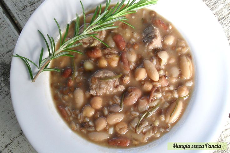 Una gustosissima e veramente nutriente Zuppa di legumi e farro che piacerà di sicuro a tutta la famiglia