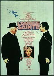 """L'année sainte est un film réalisé par Jean Girault en 1976. Max, un caïd du milieu, s'échappe de prison en compagnie d'un codétenu, Pierre, surnommé """"le séminariste"""". Ils ont pour dessein de récupérer à Rome un magot enterré par Max, en profitant de la foule présente dans la capitale italienne à l'occasion de l'Année Sainte. Ils prennent donc l'avion, déguisés en ecclésiastiques, mais l'engin est détourné par des Pirates de l'air."""