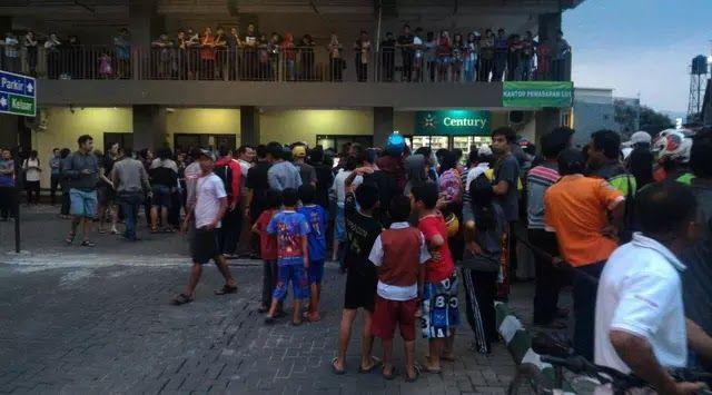 Jakarta Ada dua kasus terkait bunuh diri yang tercatat dalam beberapa hari ini di Kota Bandung Jawa Barat. Keduanya memiliki kesamaan pelaku melakukannya dari lokasi ketinggian. Kasus pertama terjadi pada Senin 24 Juli 2017 di apartemen Gateaway Cicadas dua perempuan bersaudara loncat dari lantai 5 sehingga mengakibatkan nyawa keduanya melayang. Kasus kedua melibatkan seorang pria yang meloncat dari jembatan flyover Pasopati Kamis (27/7/2017) siang. Pria yang melakukan percobaan bunuh diri…