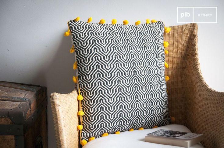 Das Baumwollkissen Ziggy ist aus dicken, handgewebten Leinen gefertigt und weist geometrische Muster mit entschiedenem Vintage-Charakter auf.