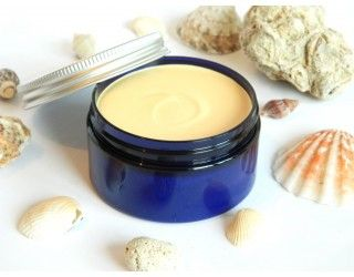 Crema de plaja naturala cu unt de cacao si pudra de urucum pentru un bronz rapid, uniform si de lunga durata.