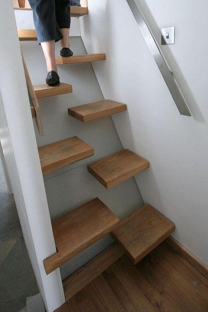 Platzsparende Stiege - nicht als Hauptstiege geeignet, aber eventuell, um in einen kleinen Schlafraum ganz oben zu gelangen