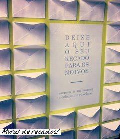 """OLHA! Pode comprar envelopes, papeizinhos e canetas e colocar tudo numa cestinha pra pedir que os convidados escrevam uma mensagem pro """"correio elegante"""" da Antonella"""