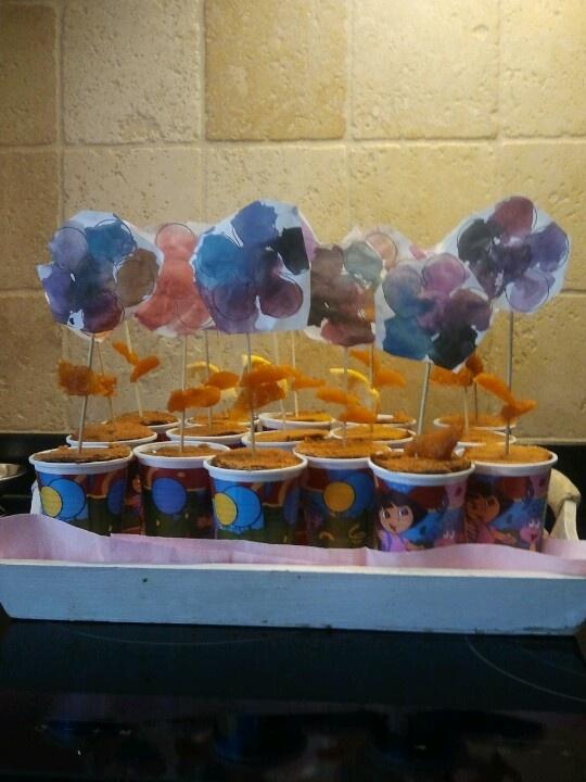 Samen met kaat traktaties gemaakt voor haar verjaardag. Bekers met popcorn, plakje peperkoek, bloem op prikker en blaadjes van abrikoos. @handmadebylenicka