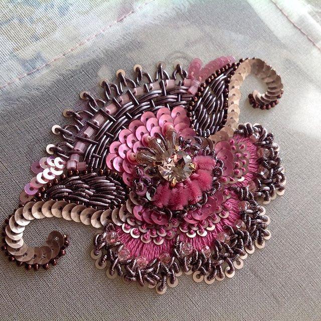 Мне кажется,шалость удаласьпожалуй неплохо будет смотреться на косметичке или маленькой сумочке#канитель #вышивка #embroidery #handwork