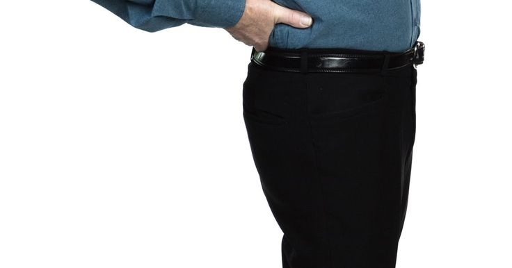 """Exercícios McKenzie para dor nas costas. Pessoas passam muito tempo sentadas em uma posição. Sentar com postura irregular, de acordo com o autor e especialista em coluna Stuart McGill, pode causar uma protuberância nas costas, resultando em dor e extensão restrita. A série de exercícios """"McKenzie"""" é ideal para estimular o disco deslocado para voltar a sua posição correta (anatômica), que ..."""