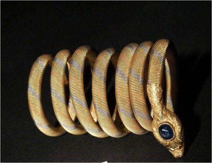 اسوره على شكل ثعبان من الذهب الخالص ورأس الثعبان مركب به فص من حجر الزفير والعينين يمثلان حجران من الزمرد من مقتنيات الملك Indian Jewelry Jewelry Wrap Bracelet