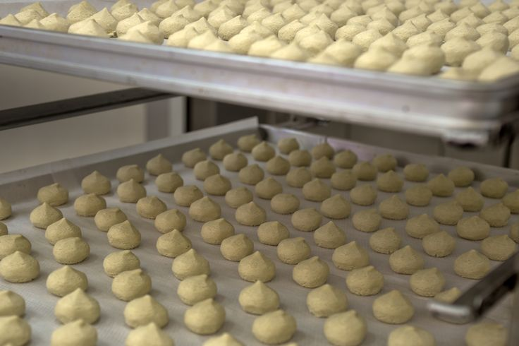 Biscuits made with organic, natural-stone-ground flour and filled with delicate lemon, cream.