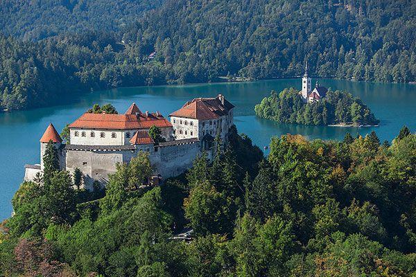 Bled egy csodálatos szépségű területen helyezkedik el. Ő Szlovénia gyöngyszeme, egyik legnépszerűbb természeti kincse, turisztikai fellegvára. Bled különlegessége a tó közepén álló templom és a sziklaszirtre épült vár. Érdemes a nyaralásunk, vagy csak egy hétvégi kirándulást ide tervezni.