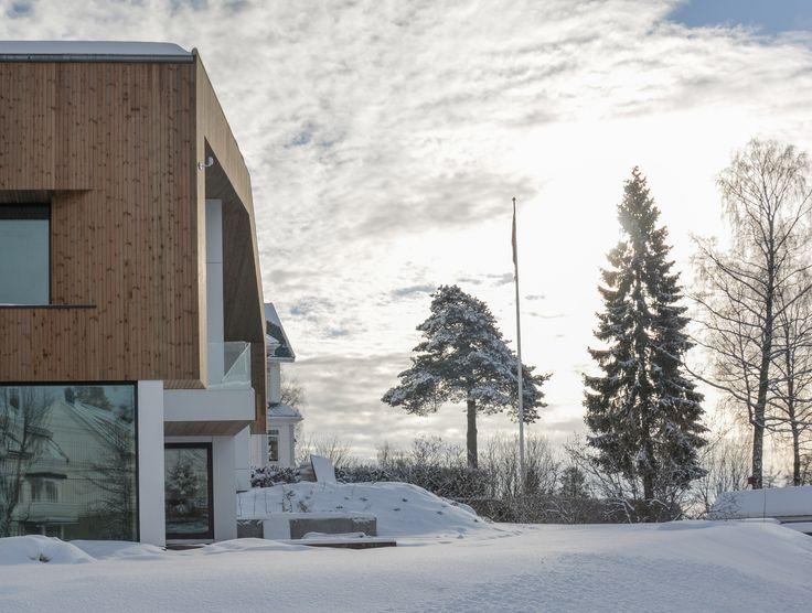 Oslo apartment complex by Various Architects. Garden view. Wood and steel facade. Winter and snow. /  Oslo leilighetskompleks av ulike arkitekter. Hageutsikt. Tre og stål fasade. Vinter og snø.