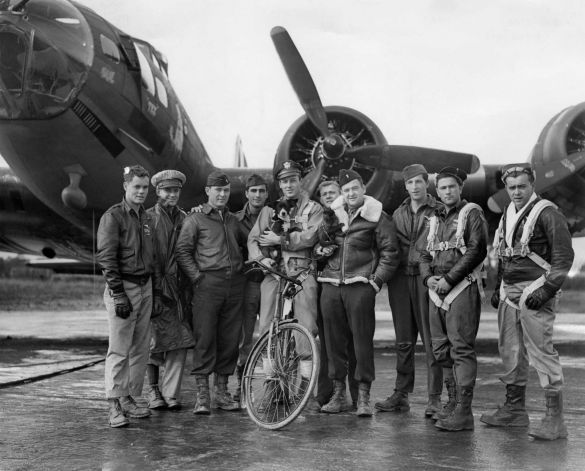 American pilot Robert W Biesecker and his crew standing by their B-17 Flying Fortress bomber 'Honey Chile' at a US Eighth Air Force station in England, 18th October 1943. Photo: M. McNeill, Getty Images / 2012 Getty Images