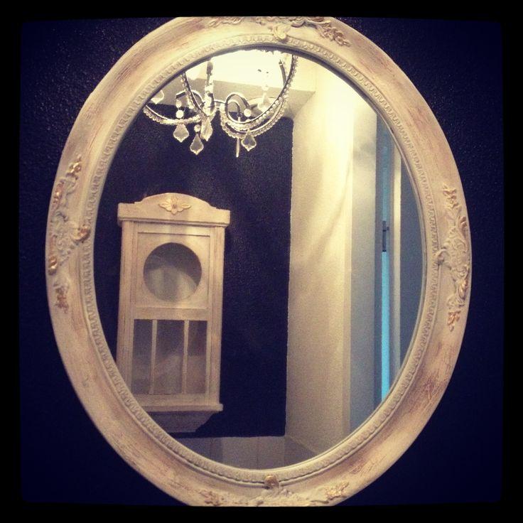 Kunststof spiegel en antiek kastje geschilderd met Old White, qraqueleur, goldsize en Dark wax van Annie Slian Chalkpaint