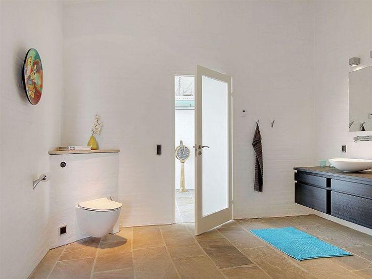 Badeværelse med sandsten og blåt tema