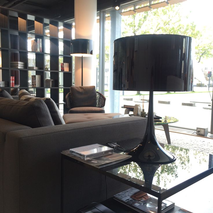 Hold den røde tråd i rummet med FLOS lampe og Minotti sofabord