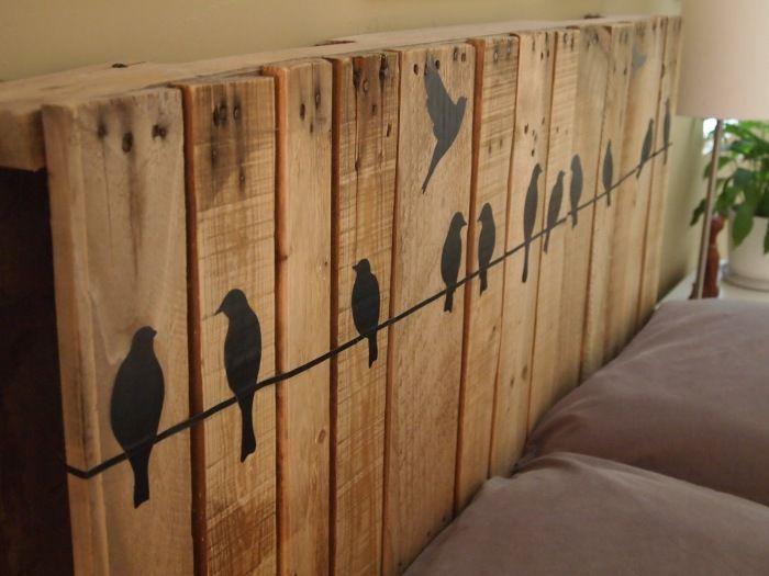 Поддоны можно удачно использовать для украшения изголовья кровати или создания каркаса.