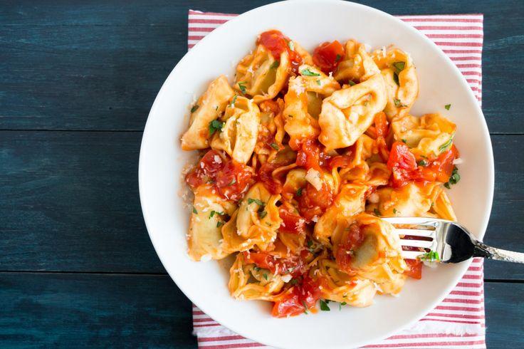 ¡Los tortellini a la napolitana son una de las mejores recetas italianas que hay!  ¡Pruébalos! #tortellini #tortellinidericotta #tortellinialanapolitana #recetasitalianas #gastronomiaitaliana #cocinaitaliana