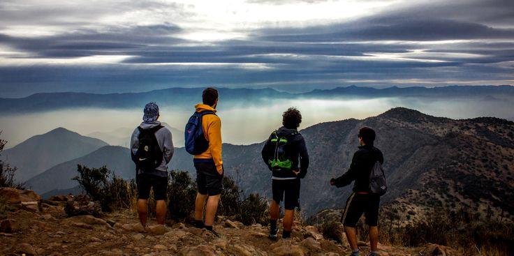 Subir el Cerro Manquehue es una de los mejores trekkings cerca de Santiago. Explicamos las cosas que deberías considerar para subir al Cerro Manquehue.
