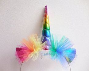 Tiara de unicórnio com pom-pom em cores do arco-íris