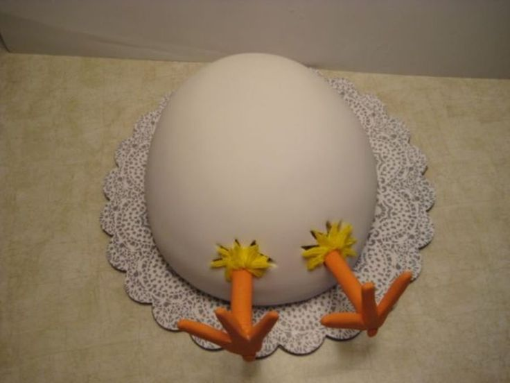 Easter Egg Chick Thanks to maraschino for this great idea. White cake, chocolate bavarian cream filling, covered in fondant.