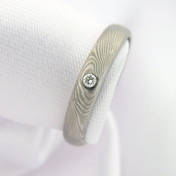 Zásnubní prsten Eomer z damascénské oceli  Pečlivě zpracovaný zásnubní prsten nápaditého tvaru je zdoben jemným vzorem a vsazeným diamantem (k diamantu vždy certifikát pravosti). Lze vyrobit na zakázku s podobnými parametry, vzor bude opět jedinečný. Materiál: Damašská ocel Lept: Jemný lesklý Vzor: Wood Certifikát diamantu: Čistota SI2 Barva: H, bílá Váha 0,015 ct ...