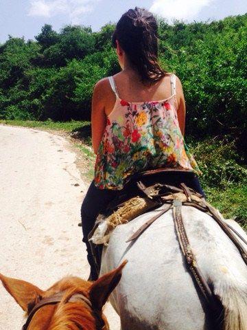 04/07/2015_ A las 9 habíamos quedado en el restaurante Trinidad 500 para hacer el paseo a caballo. Nos vinieron a buscar con un coche de caballos muy chulo y nos llevaron a las cuadras. Preparamos …