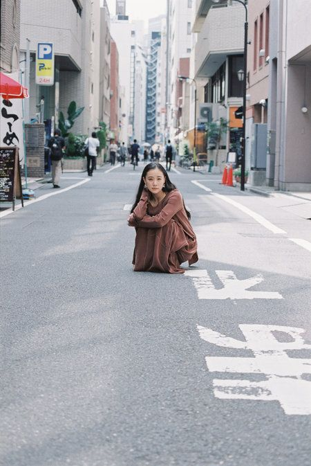 """常に心に闇をもち続け自死した作家、佐藤泰志の5度目にして最後の芥川賞候補作「オーバー・フェンス」が山下敦弘監督によりついに映画化。社会の底辺でのたうちまわる人々が描かれるこの作品で、心を病む女性を演じた蒼井優がエル・オンラインに語った、自身の生きづらさと共演者オダギリジョーの""""怖さ""""とは?"""