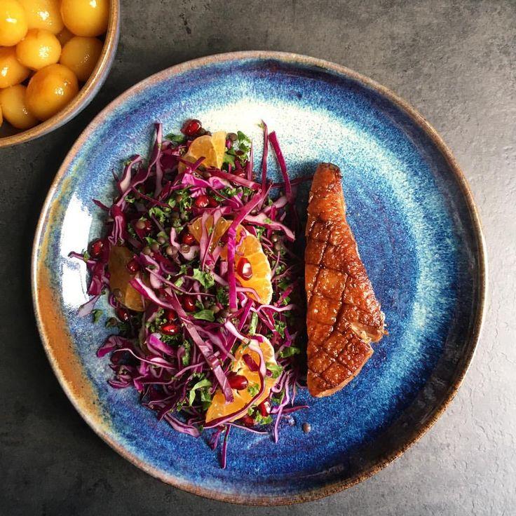 Duck with redcabbage salad and sugarglazed potatoes 🇬🇧| Sprødt andebryst med verdens bedste rødkålssalat og brunede kartofler 🦆 Jeg har her til aften taget hul på Mortens aften, for at kunne dele denne skønne ret (og opskrift) med jer her og på bloggen #mortensaften #and #rødkålssalat #kålsalat #cabbagesalad #anka #potatis #jul #tradition #aftensmad #myrecipe #karamelliserad #myfood #rödkålssallad #apelsin