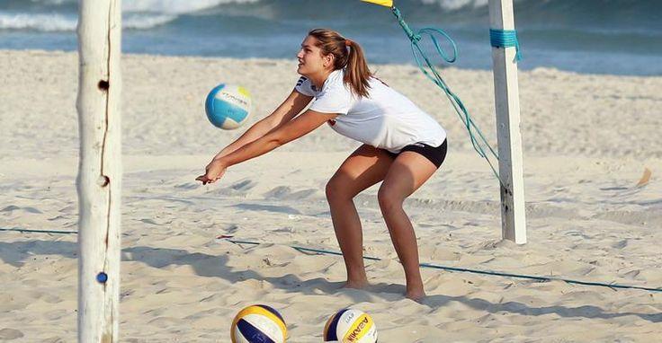 Sasha faz treinos de vôlei intensos nas areias da praia da Barra da Tijuca