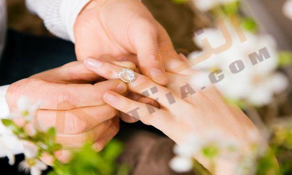 تفسير حلم الخطوبة في المنام وهي عبارة عن فترة تتيح للمخطوبين فرصة للتعارف على بعضهما Engagement Ring Pictures Trending Engagement Rings Bridal Engagement Rings