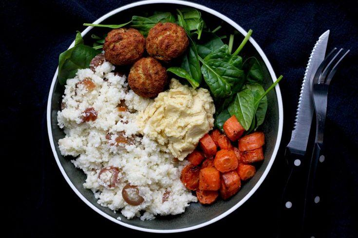 Fyldig salat med blomkåls couscous, bagte gulerødder og hummus