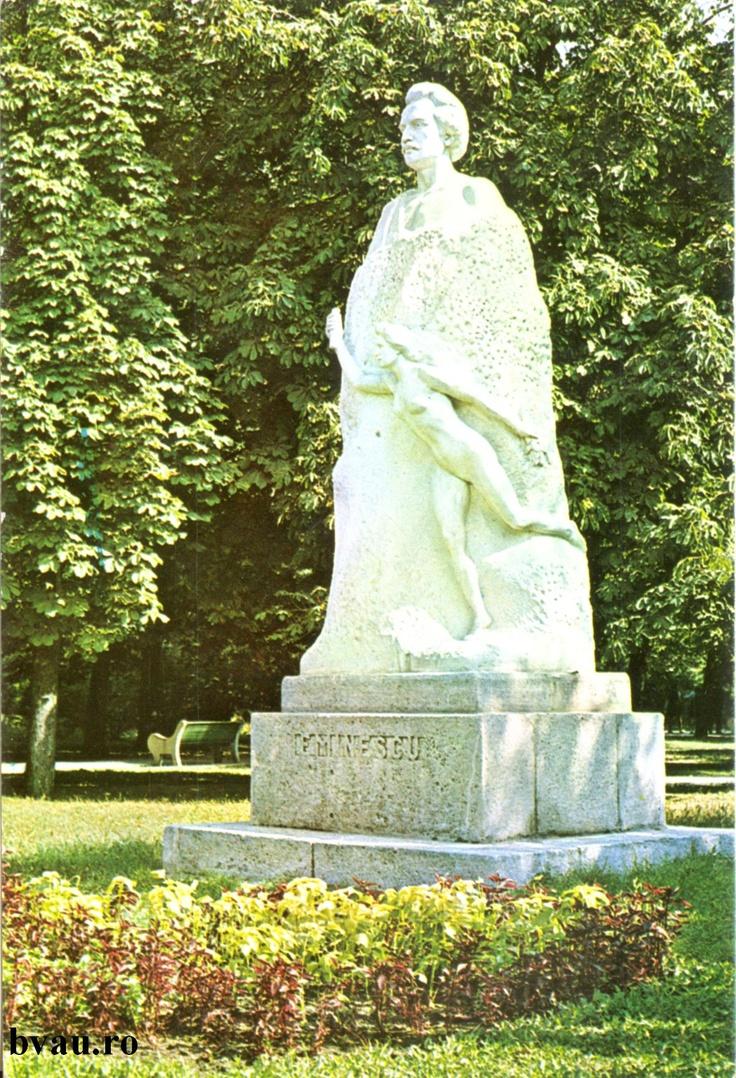 """Statuia lui Mihai Eminescu, Galati, Romania, anul 1986.  Imagine din colecţiile Bibliotecii Judeţene """"V.A. Urechia"""" Galaţi."""