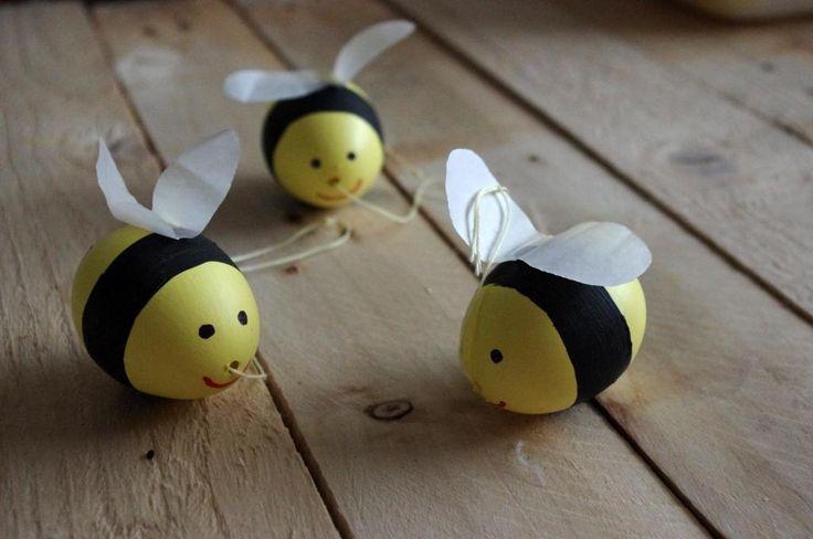 Včelky z vajíček - Vyfouknutá vajíčka jsme nabarvili temperou. Křidélka jsou z papíru a přilepili jsme je tavnou pistolí. ( DIY, Hobby, Crafts, Homemade, Handmade, Creative, Ideas)
