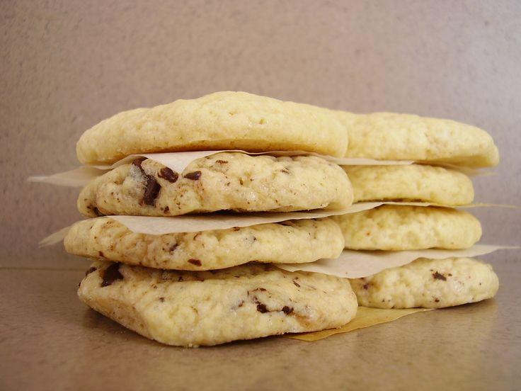 <p>Depuis mes années lycée, je voue un culte aveugle auxmaxi cookies de la Mie Câline. Pour moi ils font mon âme-sœur de cookie: LE cookie idéal. Celui qui est tout mou, fondant en bouche. C'est le cookie gumgum par excellence, complètement à l'opposé des cookies tous secs et croquants que …</p>