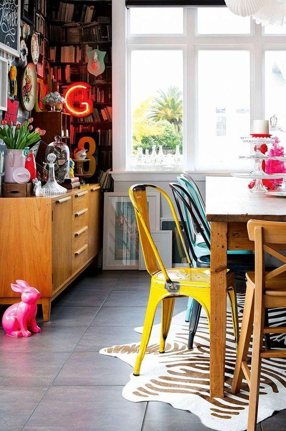 Zebra Print, Neon Licht und rosa Hase im Esszimmer