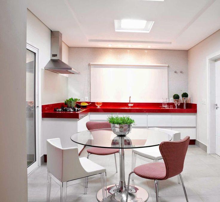 Para os que gostam de vermelho.  http://www.decorfacil.com/55-cozinhas-em-l/