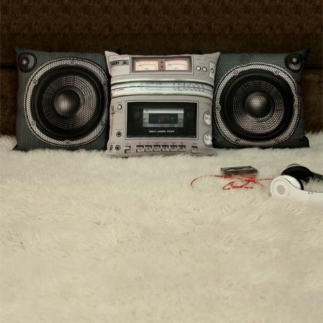 Coussins déco sympa pour les amoureux de musique, effet chaine HIFI rétro.