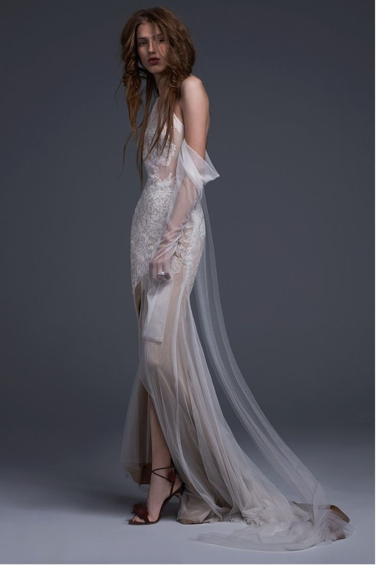 See the complete Vera Wang Bridal Fall 2017 collection.