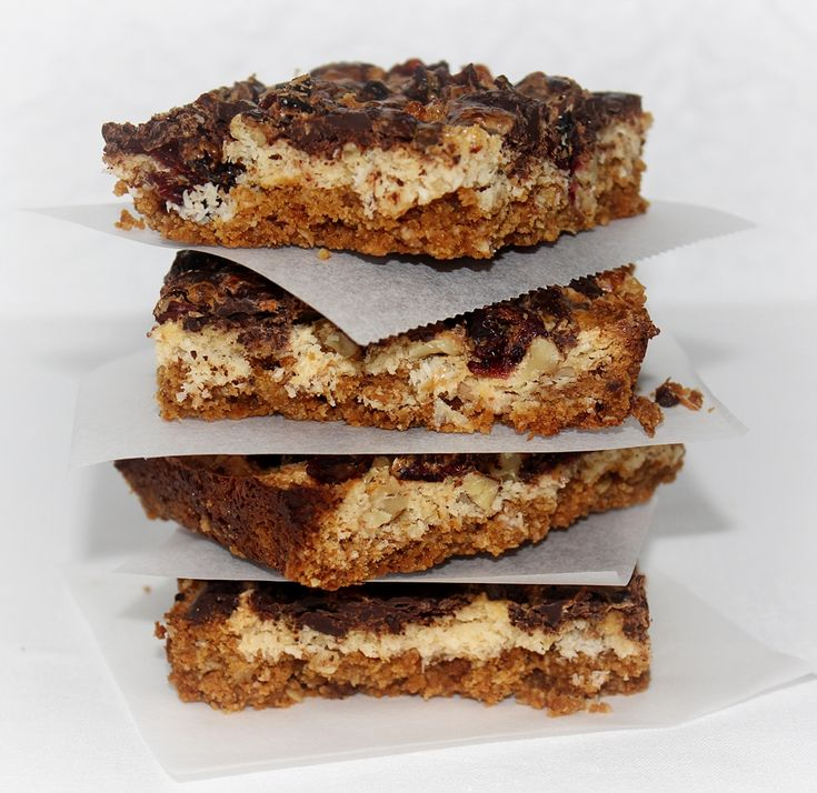 Igen egyszerűen, és gyorsan összeállíthatjuk ezt a süteményt. A zabkekszes-vajas alap, a rászórt kókuszreszelékkel–áfonyával–dióval–csokoládéval, és a sűrített tejjel rendkívül finom. A csokoládétól és sűrített tejtől pedig kellemesen édes lesz a... (Gizi receptjei)