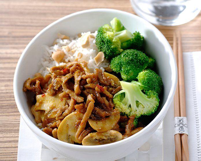 58 Rendang vlees met champignons, broccoli en rijst met cashewnoten